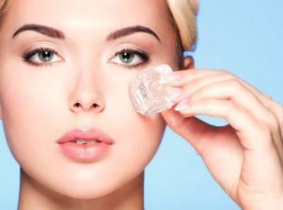 Протирание кожи вокруг глаз льдом