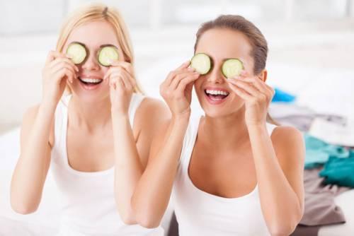 Увлажнение кожи вокруг глаз ломтиком огурца
