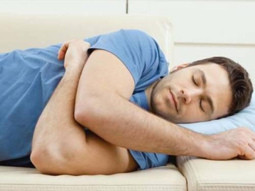 Спящий мужчина