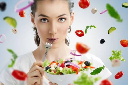 Девушка ест салат из овощей