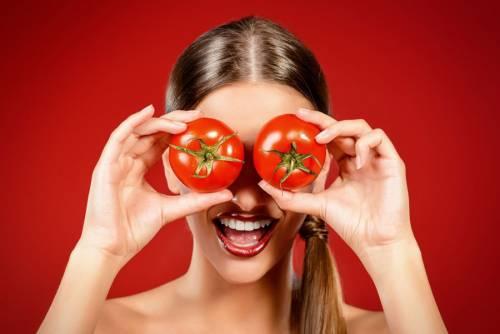 Девушка с помидорами