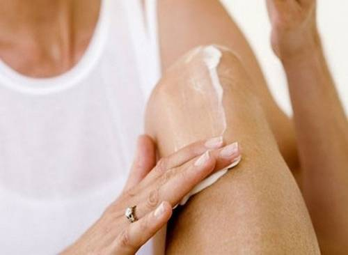 Нанесение крема на коленки