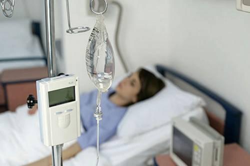 В больничной палате под капельницей