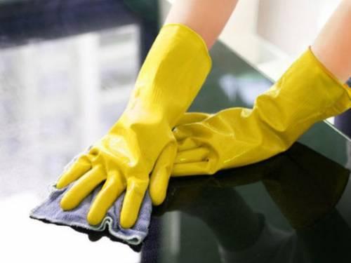 Работа по дому в резиновых перчатках