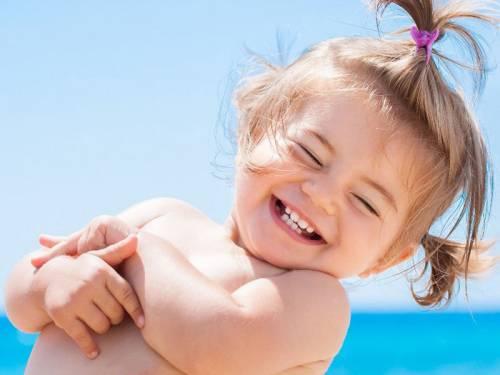 Девочка летом на море