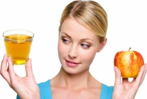 Яблочный уксус в руках у девушки