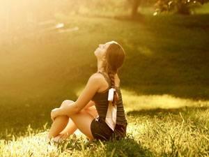 Девушка подставляет лицо солнцу