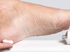 Нанесение крема на пятки