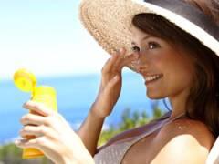 Девушка наносит солнцезащитный крем