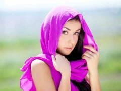 Девушка в сиреневом платке
