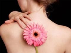 Цветок на спине у девушки