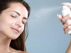 Нанесение термальной воды на лицо