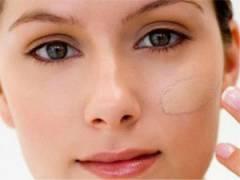 Выравнивание цвета лица тональным кремом