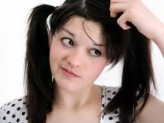 Девушку беспокоят проблемы с волосами