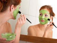 девушка делает маску