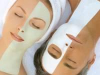 Две девушки с масками на лице